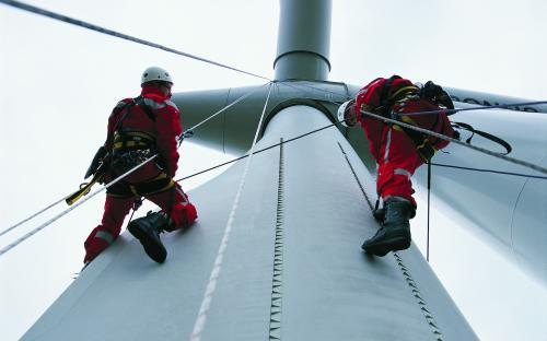 Using ropes on the way to the blade tips – modern technology ­cannot replace the caution and vigilance of experts.  (Photo: LM Wind Power)