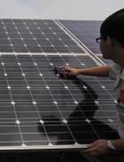 Cleaning of a PV power plant at Yingli in Baoding, Hebei province (photo: dpa).