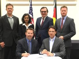 From left to right (standing): Bryan Pivovar, NREL; Sunita Satyapal, U.S. Department of Energy; Helge Pols, Federal Ministry of Transport and Digital Infrastructure BMVi; Klaus Bonhoff, NOW Nationale Organisation Wasserstoff. From left to right (sitting): Keith Wipke, NREL, Christopher Hebling, Fraunhofer ISE. (Photo: NREL)