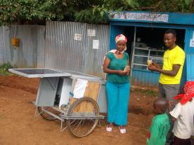 Entrepreneur with solar ice wagon. (Photo: Phaesun)