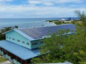 The PV system on this school building feeds solar power into the island grid. (Photo: DHYBRID)