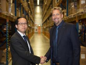 The General Manager for Huawei Solar Europe, Guoguang Chen, and John Scherders from DHL are proud of the development in Eindhoven (Photo: Huawei)