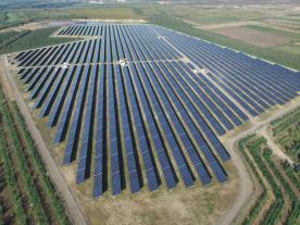 Solar modules on a slag heap: The 18.5-MW solar power plant is located in the Hungarian lignite mining area. (Photo: IBC Solar)