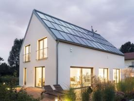 In order to qualify as a Sonnenhaus, a building must cover at least 50% of its heating requirements using solar energy. Solar thermal energy is usually used for this purpose. (Photo: Schlagmann Poroton/ Sonnenhaus Institut)