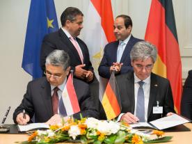 The signing ceremony was witnessed by Muhamed Shaker, Minister of Electricity and Energy of Egypt and Siemens CEO Joe Kaeser (front), the German Vice Chancellor Sigmar Gabriel and the Egyptian President Abdel Fattah El-Sisi (back). (Photo: Siemens)