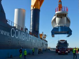 The 420-tonne nacelle is lifted off of the ship and onto land. Together, the components weighed more than 700 tonnes. This is a record for a wind turbine. (Photo: Mammoet Wind A/S)