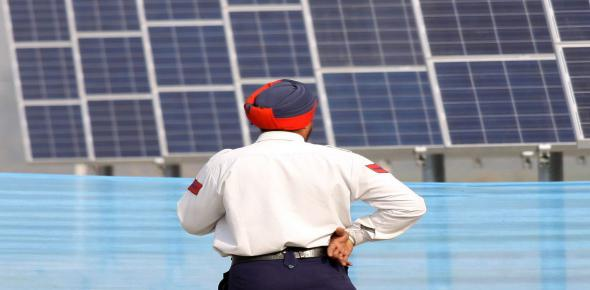 A Punjab policeman stands next to India's first PV plant in the MW range (2009; Foto: dpa).