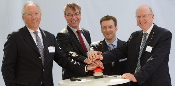 Commissioning was attended by (from left): Stephan Reimelt and Georg Möhlenkamp (GE), Bernhard Beck (BELECTRIC) and Günter Nickel (Kofler Energies AG). (Photo: GE)