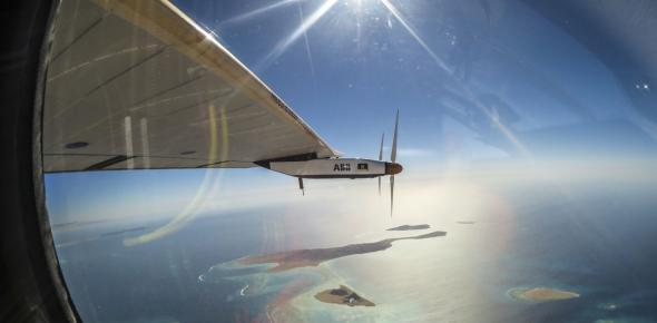 The Solar Impulse flying to Abu Dhabi with an impressive view over the Persian Gulf. (Photo: Solar Impulse, https://www.flickr.com/photos/solarimpulse/28449247322/)